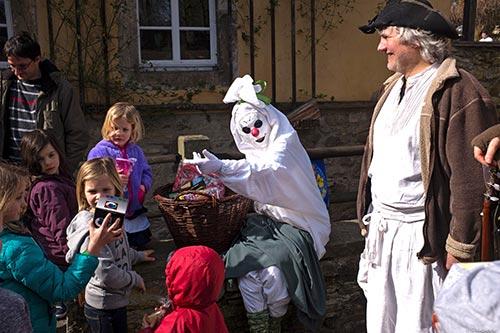 Mühlengeist Muki beschenkt zu Ostern unser jungen Gäste